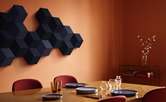 BeoSound Shape i blå nuancer på væg i spisestue