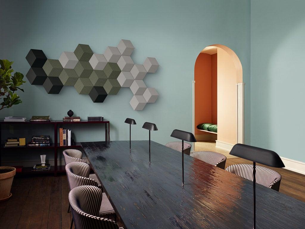 BeoSound Shape i grønne nuancer på væg i spisestue