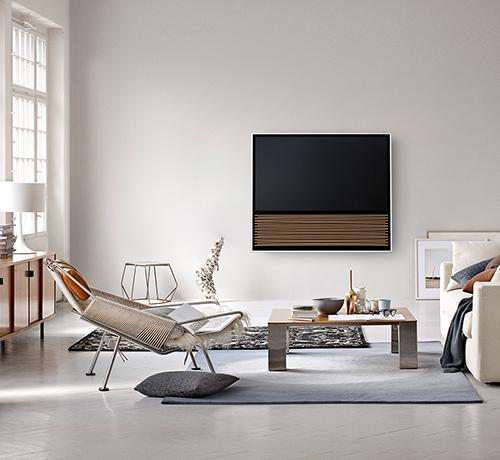 BeoVision 14 på vægbeslag i stue